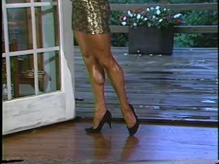 Joanne mccartney shows 的 她的 驚人 腿 在 短 裙子