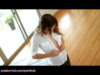 Passionhd - masseur stuffs heet studente met lul