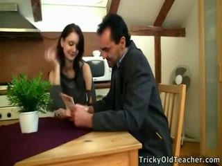 Tina studies onto các bàn cùng nhau với chân cách nhau.