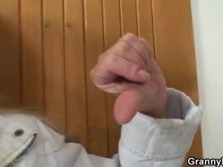 Ta brings blond vanaema kodu jaoks raske fuck