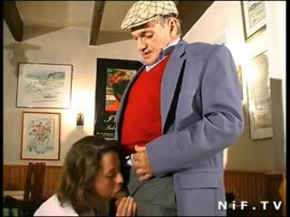 Français milf en plan a trois avec papy voyeur en une restaurant