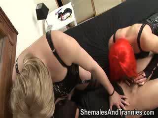Shemale est baisée et facialized par autre shemale et une homme