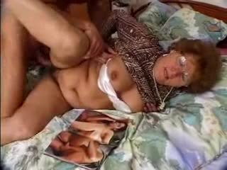 Hårig grannyen catches grandson jacking