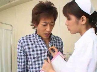 Sexig het asiatiskapojke japanska sjuksköterska gives het avsugning till henne patienten