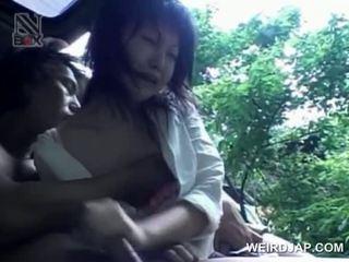 Asijské dospívající turned pohlaví prisoner eats kohout na knees