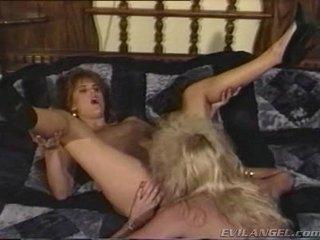 2 lesbian prunci licking, cu degetul & toying fiecare alții holes
