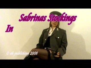 Strict wanita simpanan di tentara seragam dan kaus kaki stoking