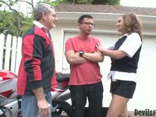 Rebecca bardoux nechať nadržané otec a syn súložiť ju ústa