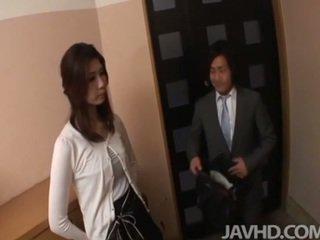Terangsang businessman seduces seksi wanita dengan pria lebih muda