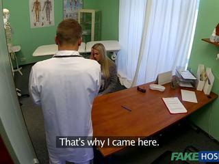 Лікар banged молодий пацієнт.