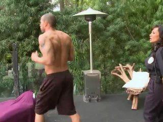 Rondborstig agent slammed in een backyard
