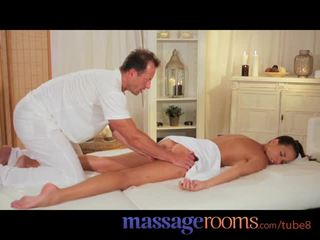 Massasje rooms sexy modell gets expert behandling og has dyp hardcore orgasme