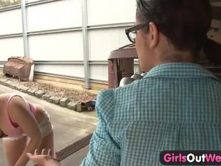 Avstralke dekleta licking muca v the garage