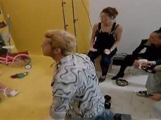 Two nakal lesbian model makan masing-masing lain di luar di camera