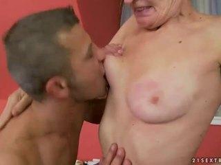 Καυτά γιαγιά gets αυτήν μαλλιαρό μουνί πατήσαμε