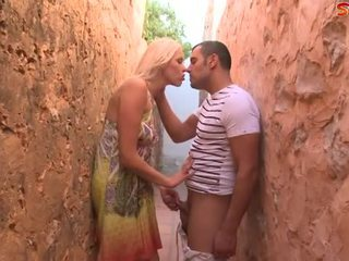 Blondinka ýaşlar fucks turist in alley