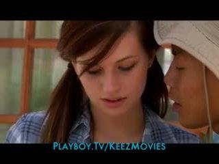 Dễ thương thiếu niên cậu bé tóc nâu sleeps với cô ấy camp counselor
