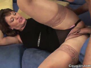 Heet milf hoe sucks haar sons friends groot boner