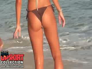 De nauw bikini kont van heet chick is sexily shaking wanneer ze is spelen met een ball