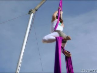 Belladonna keeps 她自己 在 形状 doing aerial 丝 routines