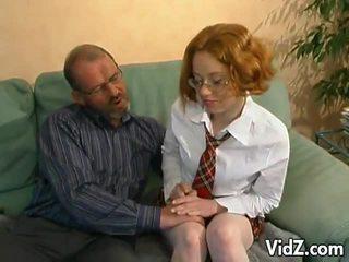 Kısa saç eski adam hits üzerinde bir genç serseri