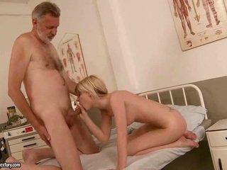 Starý človek fucks príťažlivé mladý blondýna