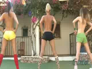 Trio telanjang lezzies penyusunan aerobik