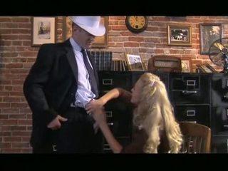 Desagradable rubio cassie joven receives abajo chupando polla antes slipping ella hasta gash