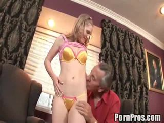 Doxy bonks 그녀의 늙은 음란 한 lawyer 에 도움 그녀의 경우.