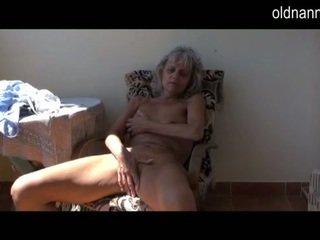Kryddig elder gammal pleasuring inte långt från leksak
