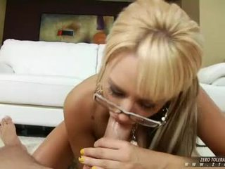 Sizzling honing brandy blair eagerly takes een lang dong in deze boyr moist mond