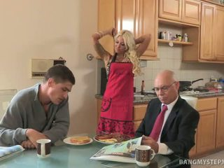 Infiel caliente madrastra bangs bruce para breakfast