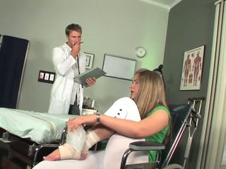 Disabled мадама започва към усещам toe смучене