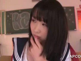 Delicate asiática escuela muñeca follada por su profesora