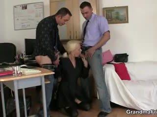 Two fellows joder abuelita en trabajo