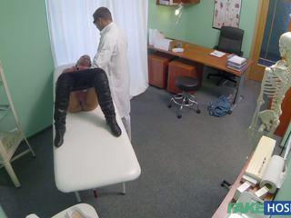Lékař examinates ji kočička s a čurák.