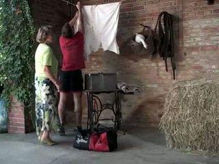 Perempuan tua martha gets membantu dengan dia laundry