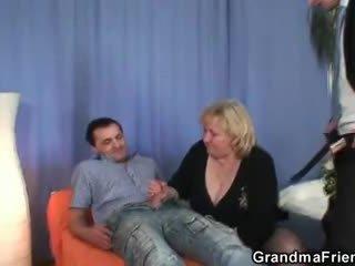 Bjonde gjysh gets slammed nga two dicks