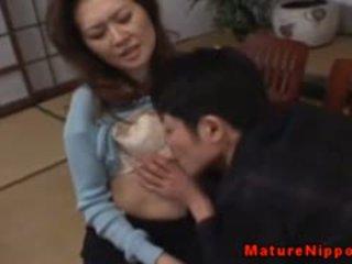 Läkkäämpi aasialaiset gets hänen karvainen laatikko licked