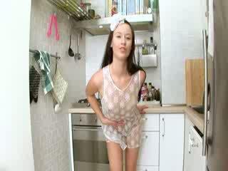 Evelina modeller kjøkken sæd på den enhet