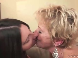 おばあちゃん と ティーン で ホット レズビアン アクション