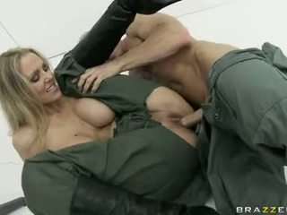 Velký boobed julia ann je eagerly slamming ji clamburger těžký na a stiff penis
