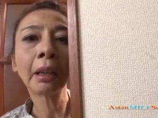 Äldre asiatiskapojke kvinna i en thong sucks en balle
