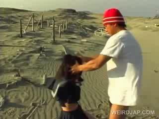 Azijietiškas mokykla cutie priverstinis į duoti čiulpimas į pov į the paplūdimys