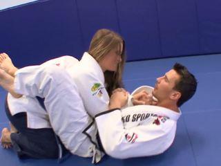 Tšikk gets mõned extra karate lessons juures kodu koos tema trainerã¢â€â™s munn