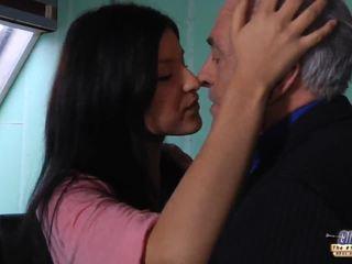 古い 教師 gets a セックス ブレーク から 若い 学生