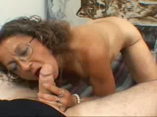 Un abuela gives un mamada
