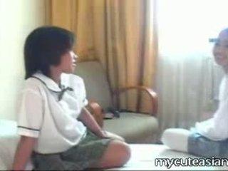 Two 青少年 女同志 亞洲人 女孩 他媽的 周圍