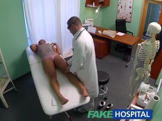 Fakehospital brudne mamuśka seks addict gets fucked przez the doktor podczas jej mąż waits