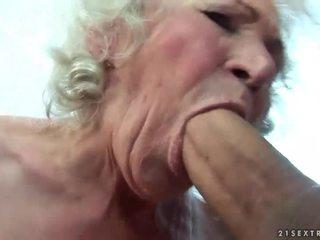 Gros seins vieille gets son poilu chatte baisée